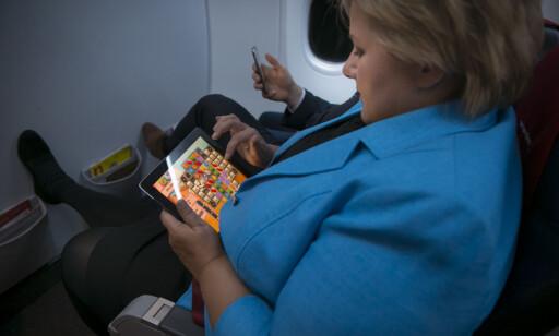 AVKOBLING: Statsminister Erna Solberg spilte Candy Crush om bord på kveldsflyet til Bergen i 2013. Foto: Heiko Junge / NTB scanpix