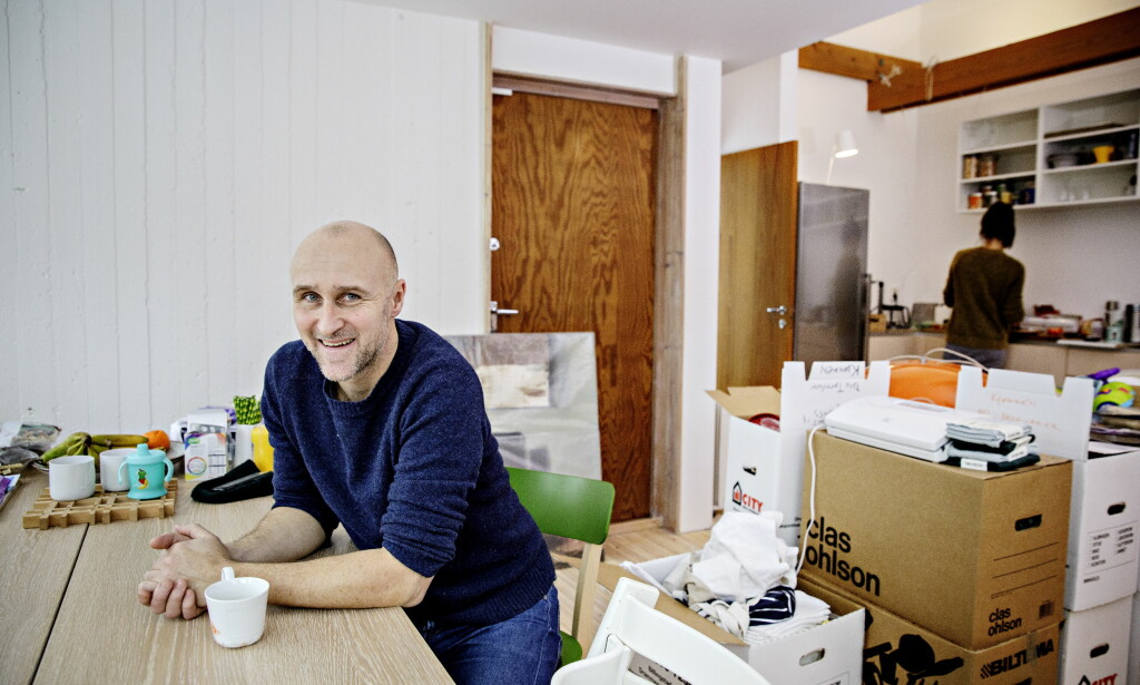 MÅ JOBBE UTEN KJØKKEN: Tv-kokken Ole Martin Alfsen og familien har akkurat flyttet fra en leilighet i Gamlebyen, til nytt hus på Bøler i Oslo. Kjøkkenet er ikke helt ferdig, noe som byr på utfordringer for kokken. Foto: Nina Hansen