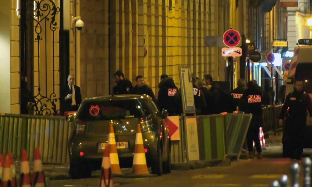 STORE VERDIER: Fransk politi er på stedet der fem ranere stakk av med smykker og juveler verd flere millioner euro fra luksushotellet Ritz i Paris. Tre av de fem er pågrepet. Foto: Clement Lanot / AP / NTB scanpix
