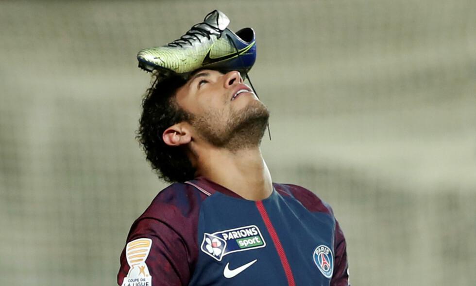 SKO PÅ HODET: PSG-stjerna Neymar feiret i går en scoring på denne måten. Foto:  REUTERS/Benoit Tessier   TPX/NTB Scanpix