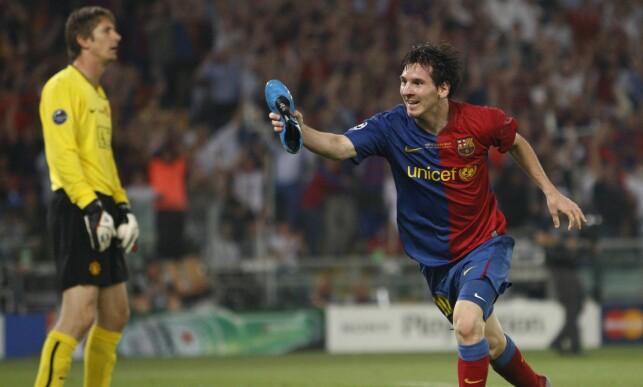 FEIRET MED SKO: Lionel Messi etter scoring mot Manchester United i 2009. Foto: AP Photo/Luca Bruno/NTB Scanpix