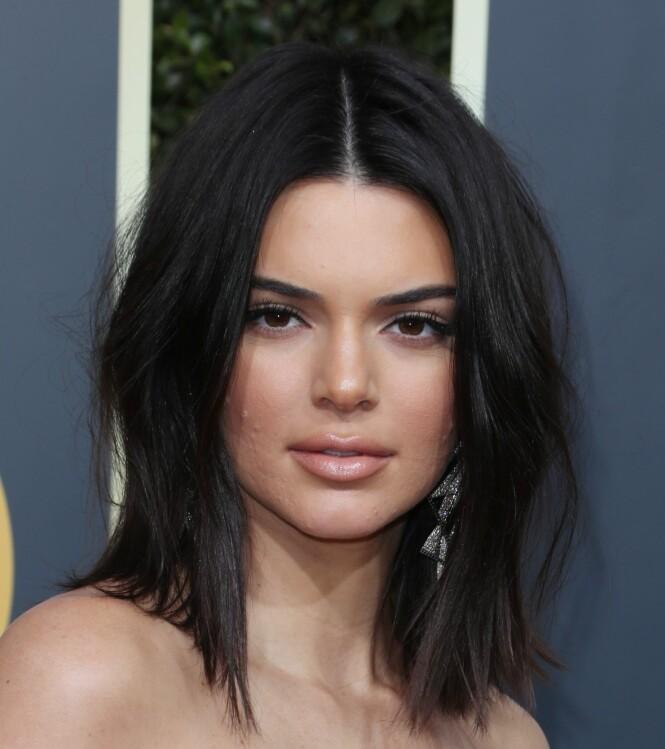 MIDTSKILL: Modellen Kendall Jenner (22) med en casual, mellom-lang bob med naturlig tekstur og midtskill på årets Golden Globes. FOTO: NTB Scanpix