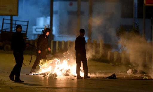 TRAVLE DAGER: Tunisiske sikkerhetspersonell har jobbet for fullt de siste døgnene. Sju år etter at den arabiske våren startet i Tunisia, er protestene tilbake igjen. Foto: Fethi Belaid / Afp / Scanpix