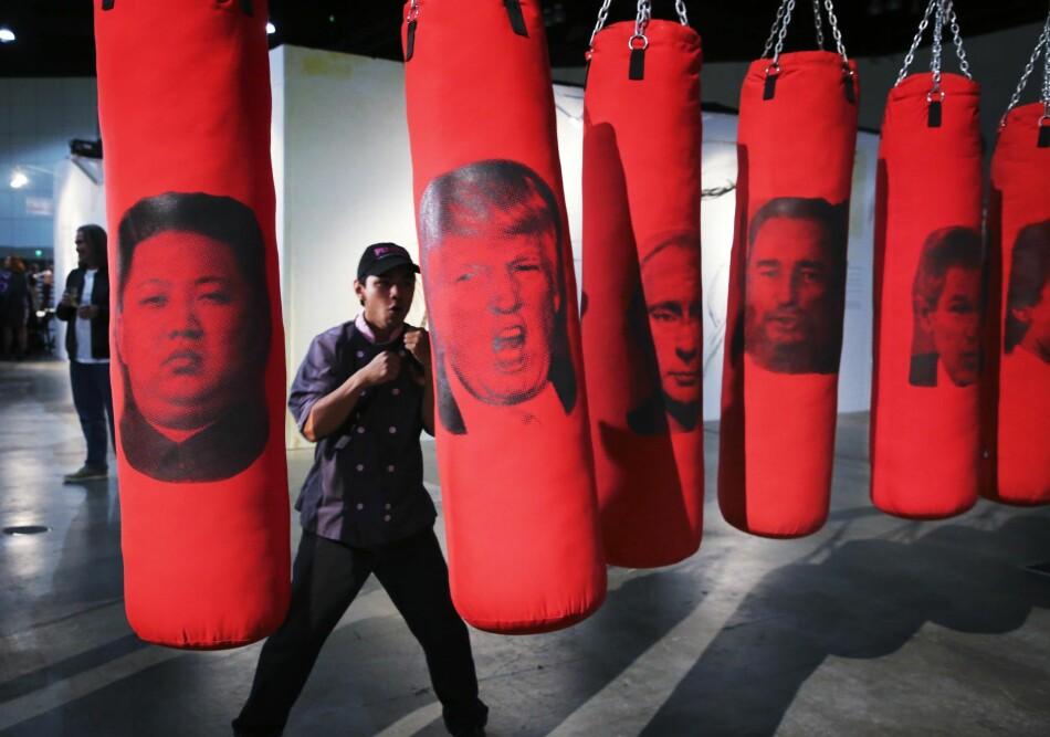 DENG LØS: En nyåpnet utstilling i Los Angeles inviterer tilskuerne til å slå fra seg mot ufyselige politikere. Kunstverket har tittelen «Venstre eller høyre».