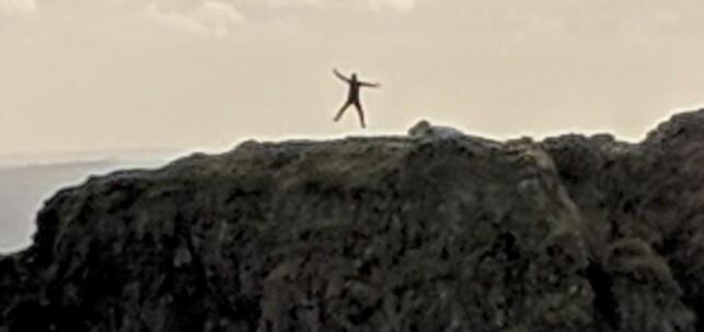 HOPP: Zoomer man inn på klippen kan man tydelig se den hoppende skikkelsen. Foto: Gavin Best