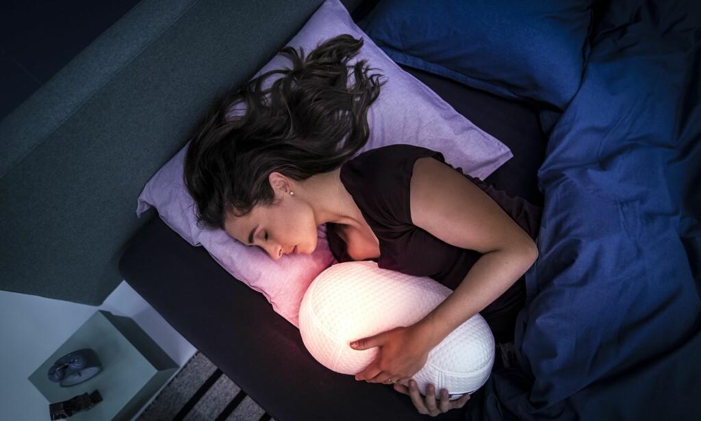 KLEM DEG I SØVN: Hold rundt soveroboten Somnox, og så vil den begynne å «puste» i takt med deg, noe som skal få deg til å slappe av og til slutt sovne, lover produsenten. Foto: Somnox