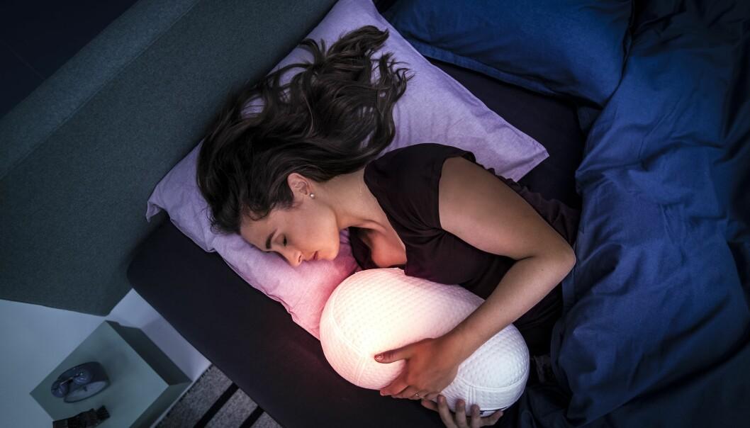 <strong>KLEM DEG I SØVN:</strong> Hold rundt soveroboten Somnox, og så vil den begynne å «puste» i takt med deg, noe som skal få deg til å slappe av og til slutt sovne, lover produsenten. Foto: Somnox
