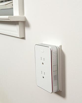 <strong>SPILLER AV AVSLAPPENDE LYDER:</strong> Nightingale-strømadapteren er en slags hvit støy-boks som gjør at du slipper å ligge å høre på forstyrrende lyder utenfor soverommet. Den skal også kunne lyse opp rommet med LED-lys. Foto: Nightingale