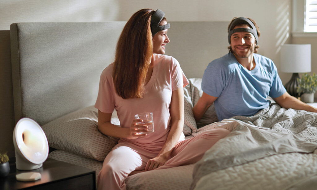"""PANNEBÅND ELLER BLEIE: Teknologinettstedet The Verge er ikke fryktelig imponert over hvordan sove-pannebåndet til Philips ser ut, og beskriver det som en """"ill-formed diaper"""". Paret på produktbildet ser jo ikke spesielt lure ut... Foto: Philips"""