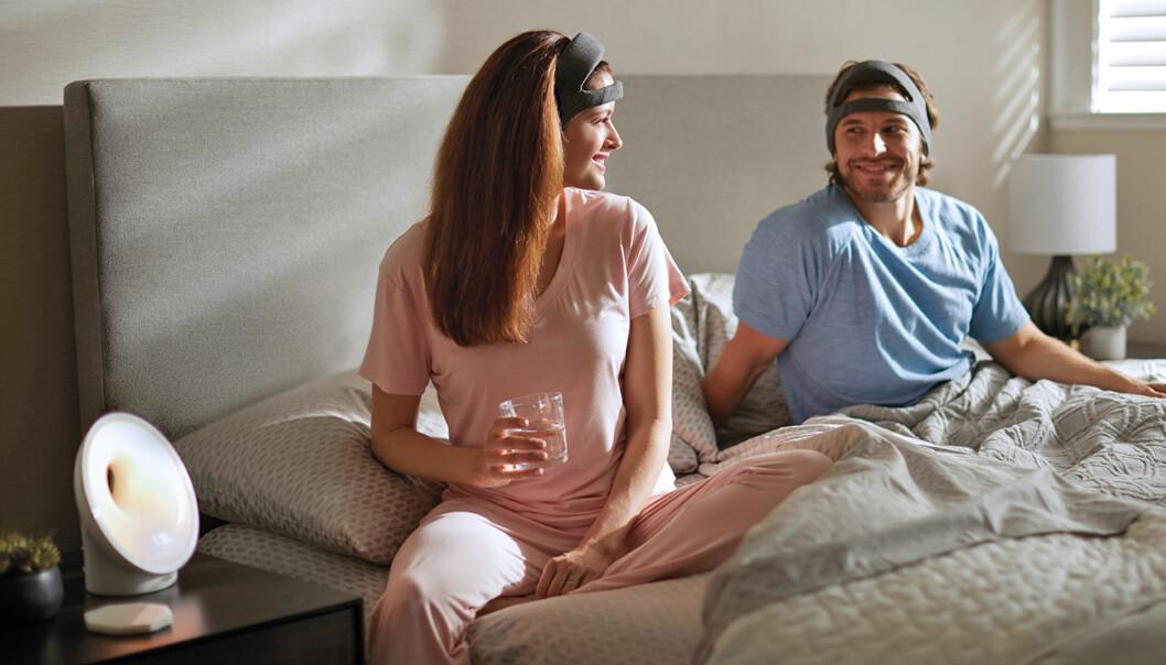 """<strong>PANNEBÅND ELLER BLEIE:</strong> Teknologinettstedet The Verge er ikke fryktelig imponert over hvordan sove-pannebåndet til Philips ser ut, og beskriver det som en """"ill-formed diaper"""". Paret på produktbildet ser jo ikke spesielt lure ut... Foto: Philips"""