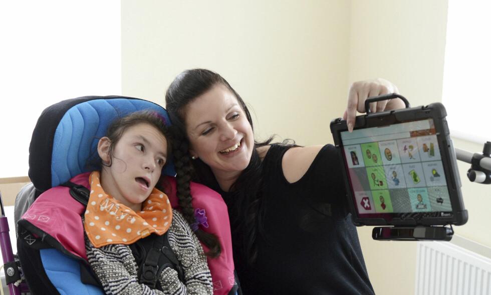 SNAKKEMASKIN: Natt til tirsdag ble Miya Thirlby (16) frastjålet denne snakkemaskinen. Den hjelper henne å kommunisere ved hjelp av øynene. Her sammen med moren Kerrie Thirlby. Foto: Plymouth Herald / NTB Scanpix