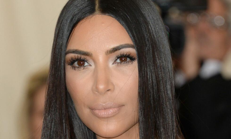 VISER SIN LUKSUS: Kim Kardashian legger ikke skjul på at hun lever et liv i luksus. Nylig overrasket hun fansene på sosiale medier med et bilde av Luis Vuitton-søppeldunker. Foto: NTB Scanpix.