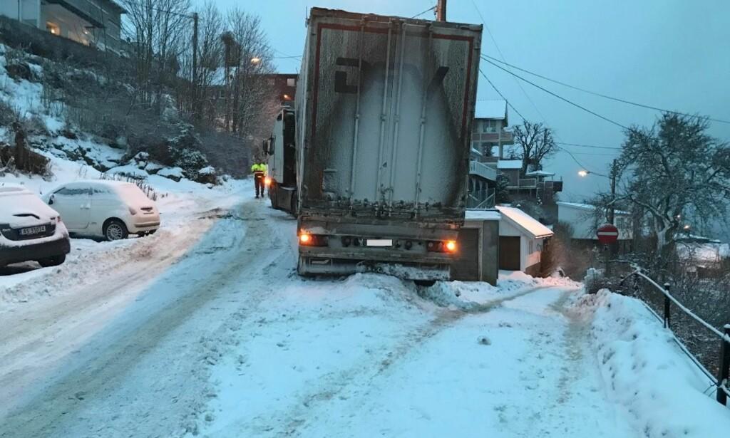 BRATT: Sjåføren fra Litauen fikk trøbbel da GPS-en førte ham inn på en smal og bratt vei i Drøbak. Foto: Ole Jonny Johansen
