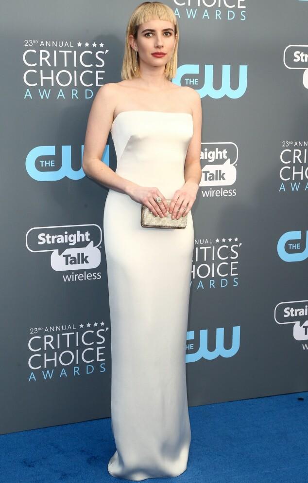<strong>KONTRAST:</strong> Emma Roberts' perlehvite kjole stod i stor kontrast til søndagens Golden Globe-kleskode. Foto: NTB Scanpix