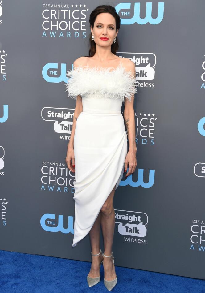 <strong>TREND:</strong> Angelina Jolie var en av de mange stjernene som valgte hvitt antrekk. Foto: NTB Scanpix