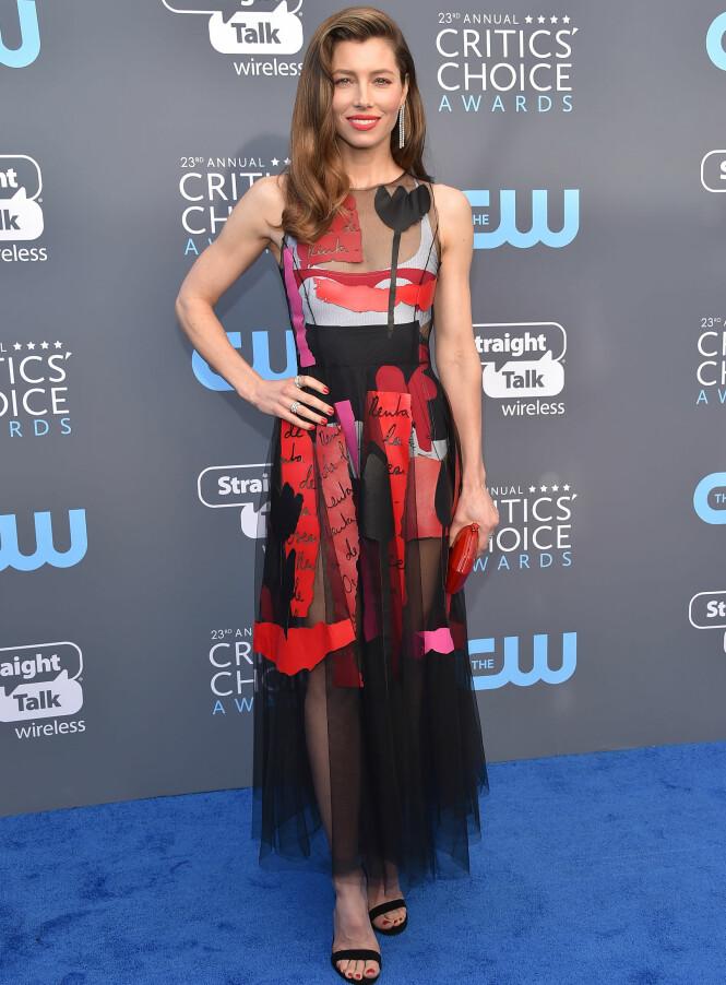 <strong>MATCH:</strong> Jessica Biel hadde både matchende kjole, veske, leppestift og neglelakk under Critics' Choice Awards. Foto: NTB Scanpix