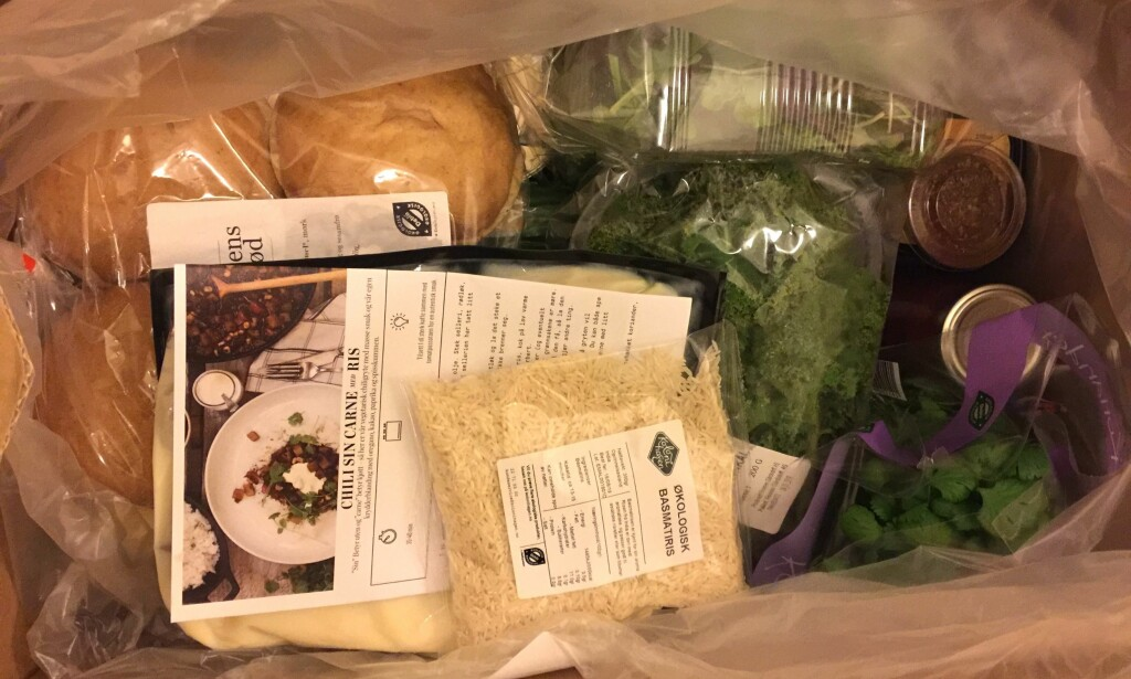 KLART FOR VEGETAR: Friske grønnsaker, poser med ris og hjemmebakte burgerbrød er blant produktene i kassen.