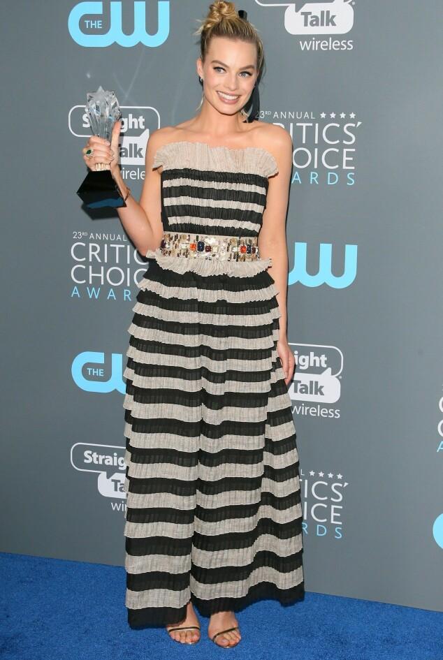 <strong>I STRIPER:</strong> Prisvinner Margot Robbie gikk for en festlig, stripete kjole natt til fredag. Foto: NTB scanpix
