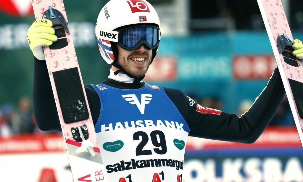 SMILER: Andreas Stjernen var strålende glad etter at han tok sin første verdenscupseier i karrieren. Foto: AFP PHOTO / APA / ERWIN SCHERIAU / Austria OUT