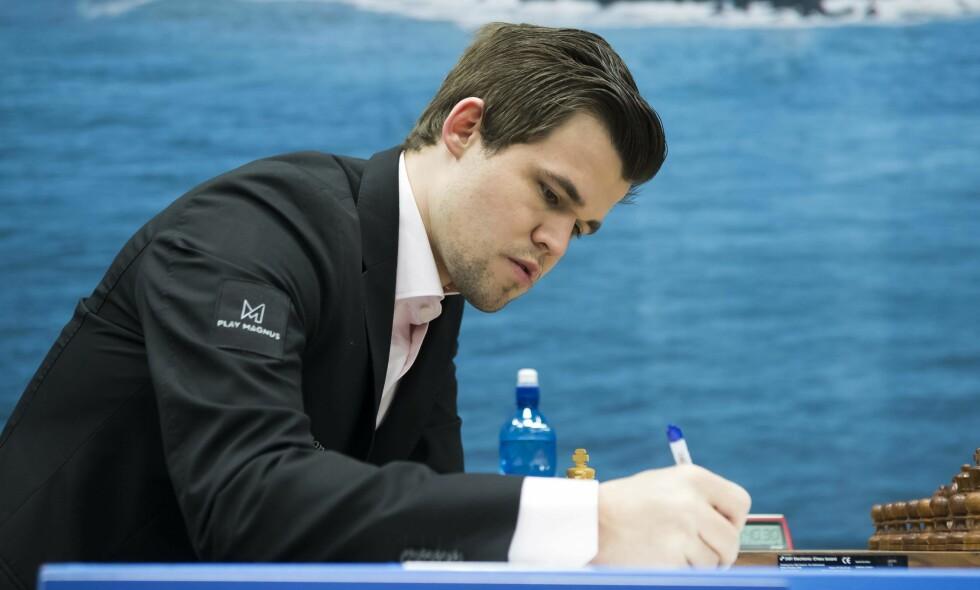 OMSPILL: Magnus Carlsen må ut i omspill etter å ha havnet likt med Anish Giri. Foto: Koen Suyk / AFP PHOTO / ANP / NTB Scanpix