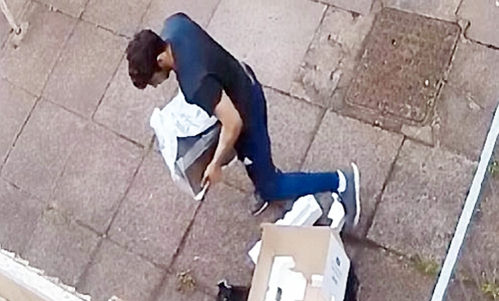 TATT PÅ FERSKEN: Nittenåringen ble overvåket da han hentet denne pakka. Foto: Swns.com / Det britiske politiet