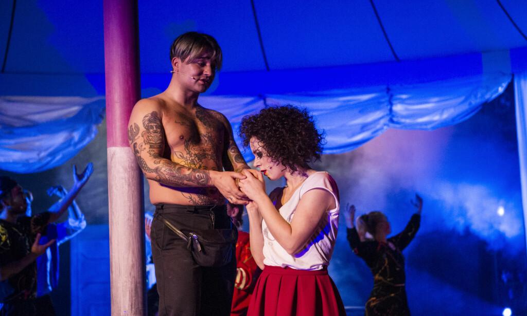 PÅ FEST: Kasimir (Amell Basic) og Karoline (Kjersti Dalseide). Foto: Erik Berg, Det Norske Teatret