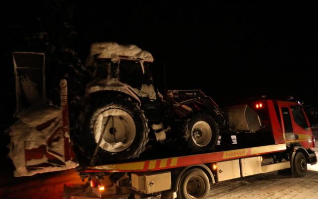HENTET UT TRAKTOR: Politiet hentet ut blant annet en traktor fra ekteparets bopæl. Foto: Christian Roth Christensen / Dagbladet