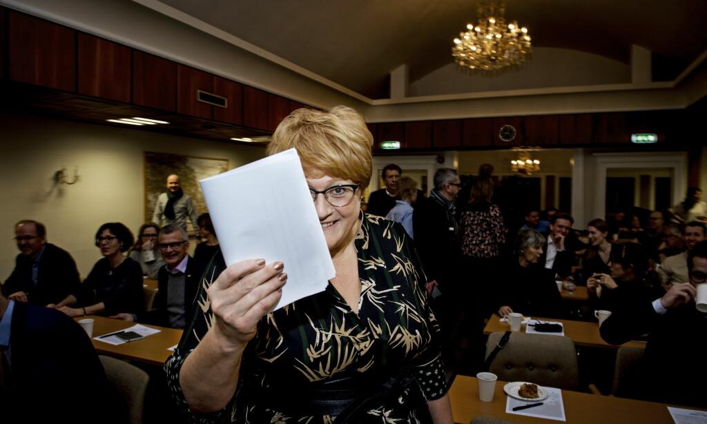 HER ER DOKUMENTET: Venstre-leder Trine Skei Grande viser fram resultatet av forhandlingene på Hotell Jeløy Radio, som resten av partiet nå skal ta stilling til. Foto: John Terje Pedersen
