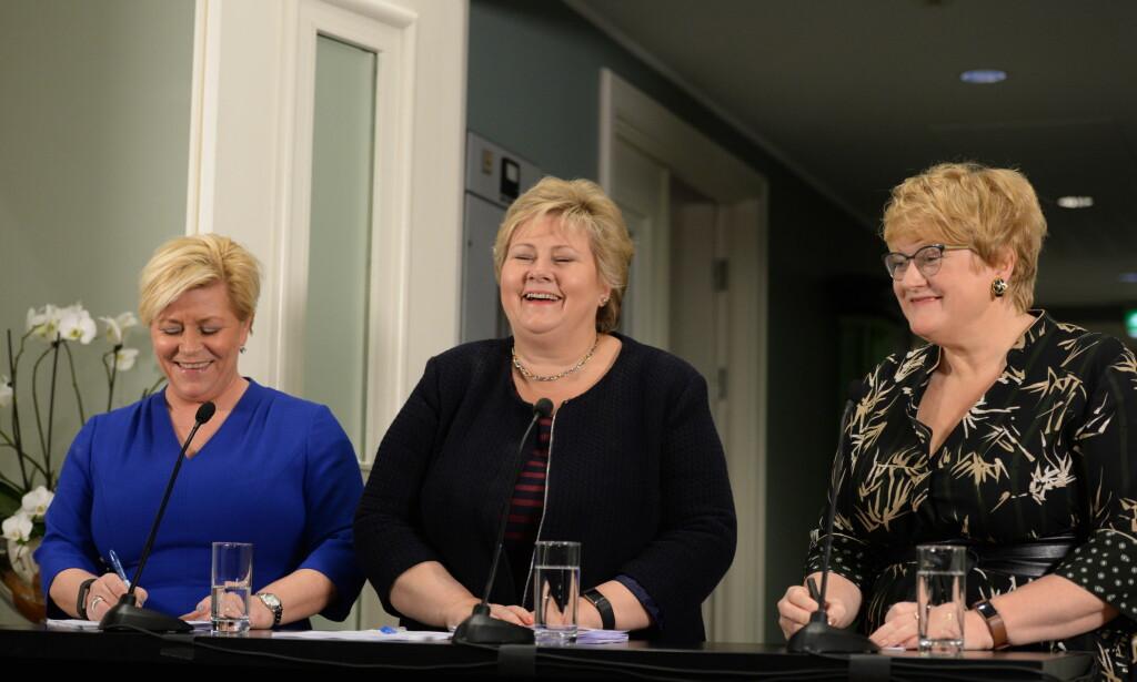 FORNØYD: Siv Jensen (Frp), Erna Solberg (Høyre) og Trine Skei Grande (Venstre) presenterte i dag den nye, blågrønne regjeringens plattform . Foto: John Terje Pedersen / Dagbladet