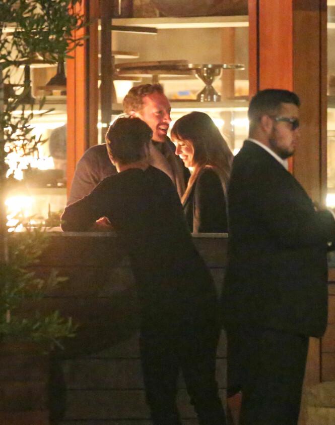 ROMANTISK: Flere vakter passet på superstjernene, som ifølge vitner tilbragte to timer på den eksklusive restauranten i Malibu. Foto: Splash News, NTB scanpix
