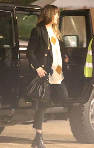 ULL: Dakota hadde valgt seg ut en deilig ullgenser fra Isabel Marant, stylet med boots og en Balmain-lignende jakke. Foto: Splash News, NTB scanpix