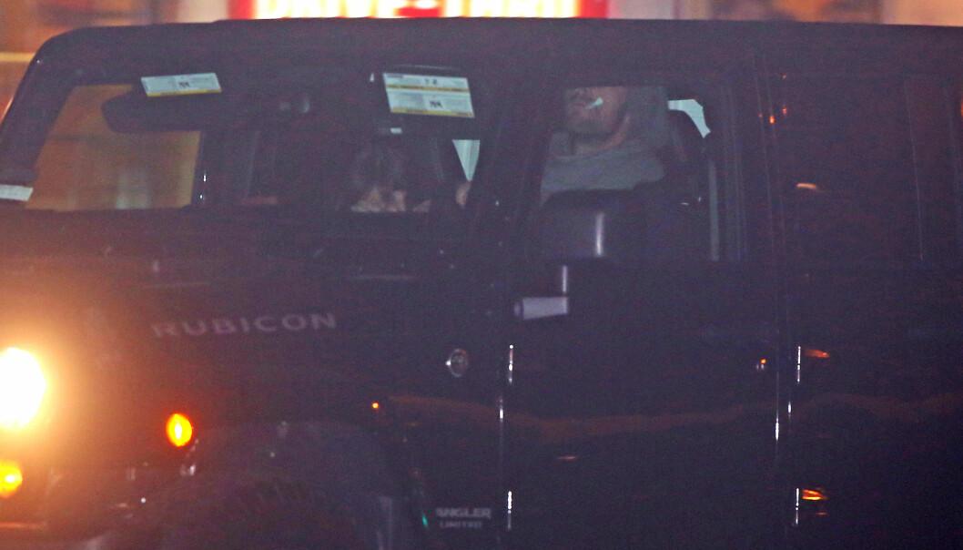 GJEMTE SEG: Dakota og Chris forsøkte å gjemme seg for fotografene da de skulle kjøre vekk fra restauranten. Foto. Splash News, NTB scanpix