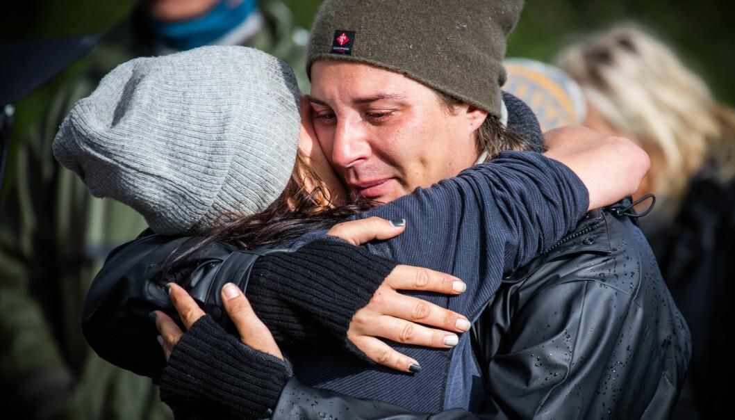 TRIST: Erlend Elias og Kristine ble gode venner inne på gården. Det ble en sterk avskjed da «Jegertvillingen» måtte hjem. Foto: Alex Iversen, TV 2