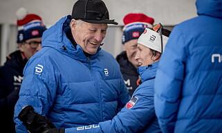 KONGE OG DRONNING: Kong Harald og langrennsdronning Marit Bjørgen fikk et nytt gledelig mtøe under ski-NM på Gåsbu. Foto: Bjørn Langsem / Dagbladet
