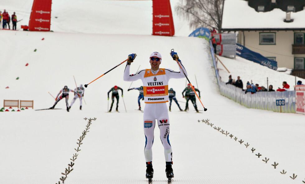 HAR DET IKKE SÅ FETT: Jan Schmid feirer søndagens seier i Val di Fiemme, og vurderer nå om han skal ta enda en sesong i kombinertsporet etter årets OL. Foto: AP /Mario Facchini/ NTB Scanpix
