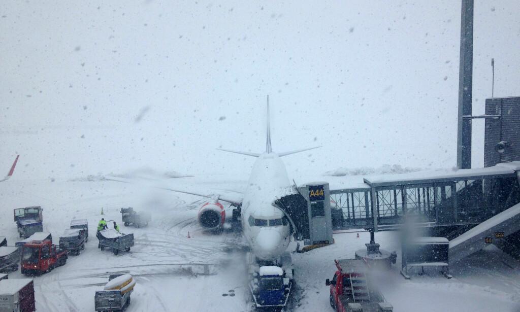 SNØ OG VIND: Oslo lufthavn varsler forsinkelser mandag morgen. Dette bildet er fra 2015. Foto: Anna Nesje / NTB scanpix