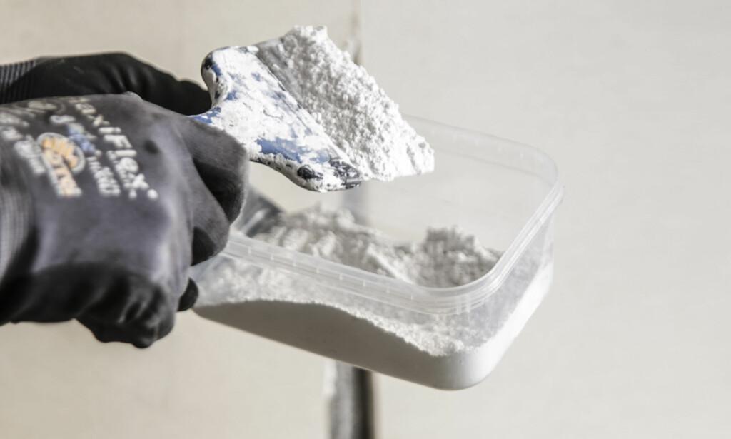 Smart pulver: Det finnes reparasjonsmasser for gipsplater som du kan fylle store hull og sprekker med. De kommer som pulver og blandes med vann. Foto: Øivind Lie-Jacobsen