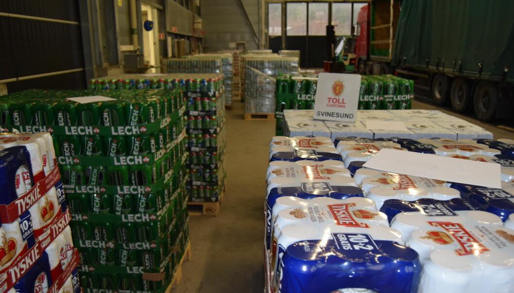 SMUGLERØL: Aldri har det vært tatt så mye smuglerøl på Svinesund som i 2017. Mye av ølet er polsk, men også Carlsberg og Heineken smugles i stor skala. Foto: Tolletaten/Svinesund
