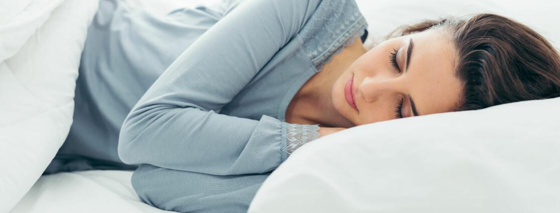 SOVESTILLING: I følge ekspert bør du sove på siden, på venstre side. FOTO: Scanpix