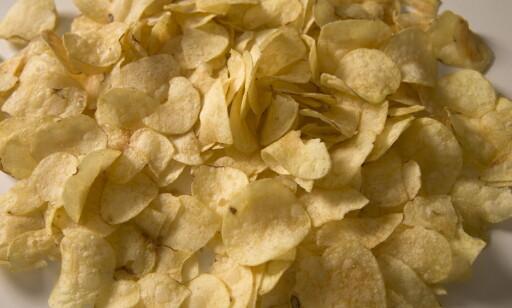 SNACKS: For mange nordmenn er chips en del av helgekosen. Foto: Terje Bendiksby/NTB Scanpix