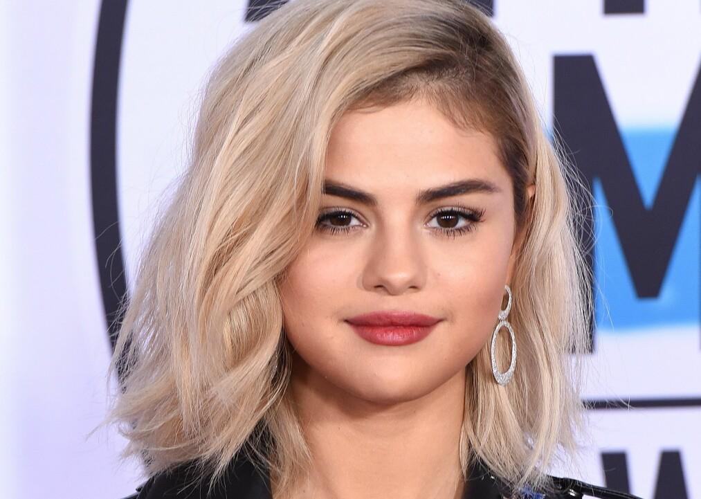HÅRTRENDER: Selena Gomez (25) med både trendy klipp, skill og farge. FOTO: NTB Scanpix