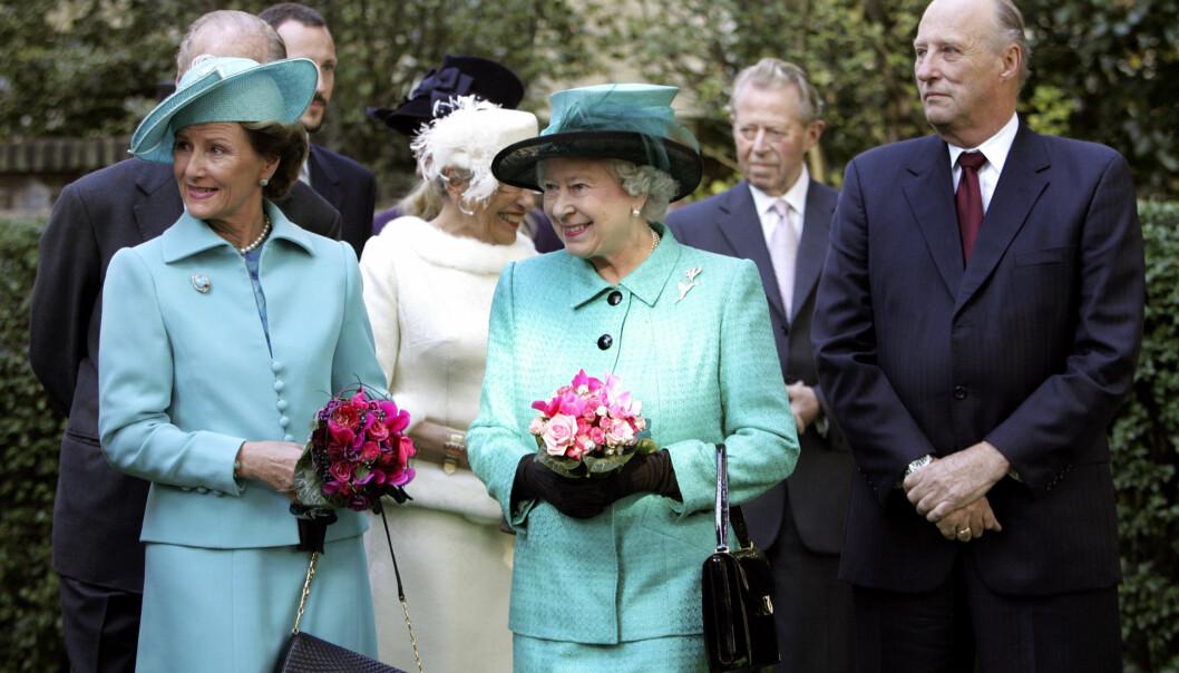 <strong>PÅ BESØK:</strong> Det norske kongeparet var på besøk hos dronning Elizabeth blant annet i 2005. Foto: NTB Scanpix