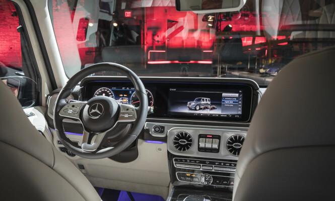 <strong>KRAFTIG MODERNISERT:</strong> Selv om terrengbilstilen er beholdt også i interiøret, er nye G-klasse utstyrt med Mercedes' nyeste teknologi og systemer. Klassisk instrumentering er standard, men kunden kan også velge det gedigne digitaldisplayet med to 12,3-tommers skjermer kjent fra E- og S-klasse (bildet). Foto: Daimler