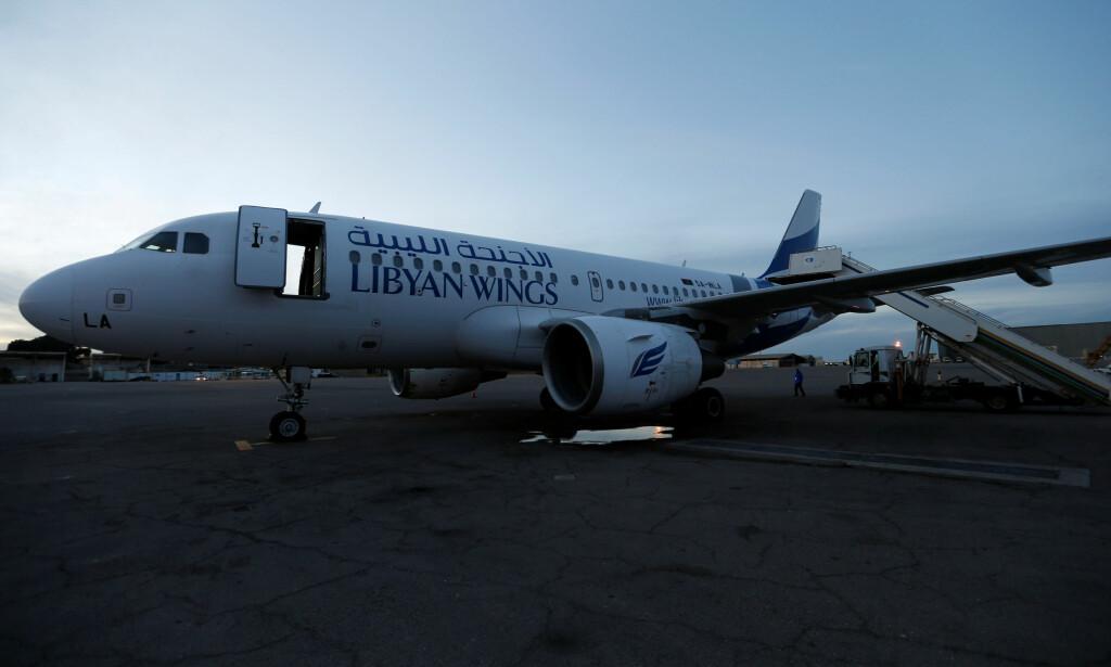 FLY-SKADE: Dette flyet er delvis ødelagt etter voldsomme kamper mellom ulike bevæpnede grupper på Mitiga-flyplassen i Libya. Foto: Ismail Zitouny / Reuters / Scanpix