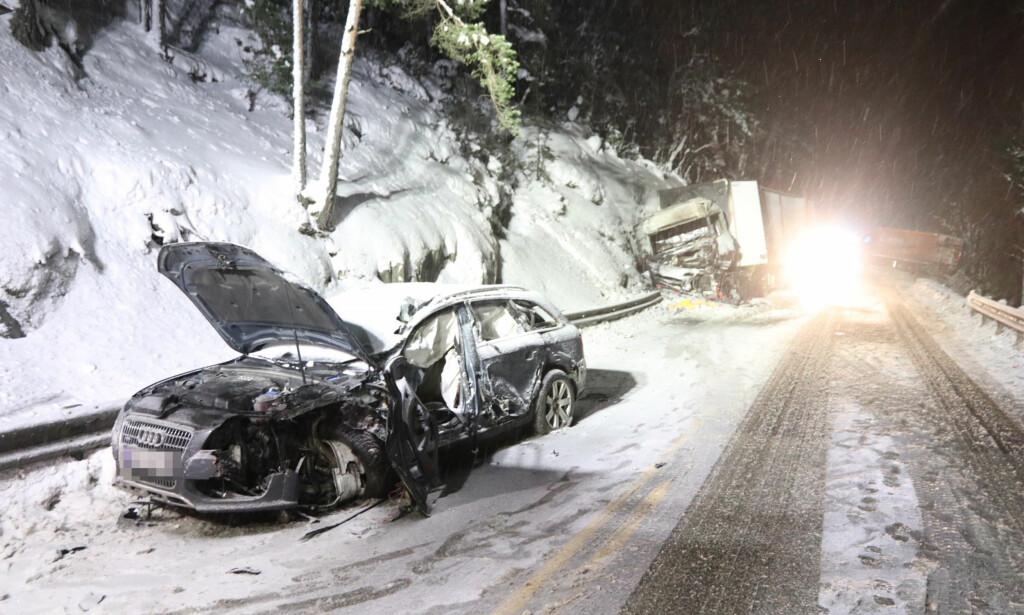 ALVORLIG KOLLISJON: Føreren av en personbil kom fra ulykken med lettere skader ifølge politiet i Søndre Buskerud. Foto: Vegard M. Aas
