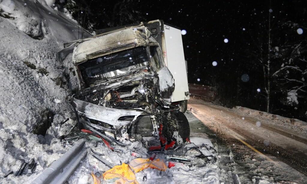 FARLIG GLATT: To store kjøretøy og en personbil var involvert i ulykken mellom Hokksund og Skotselv mandag ettermiddag. Foto: Vegard M. Aas