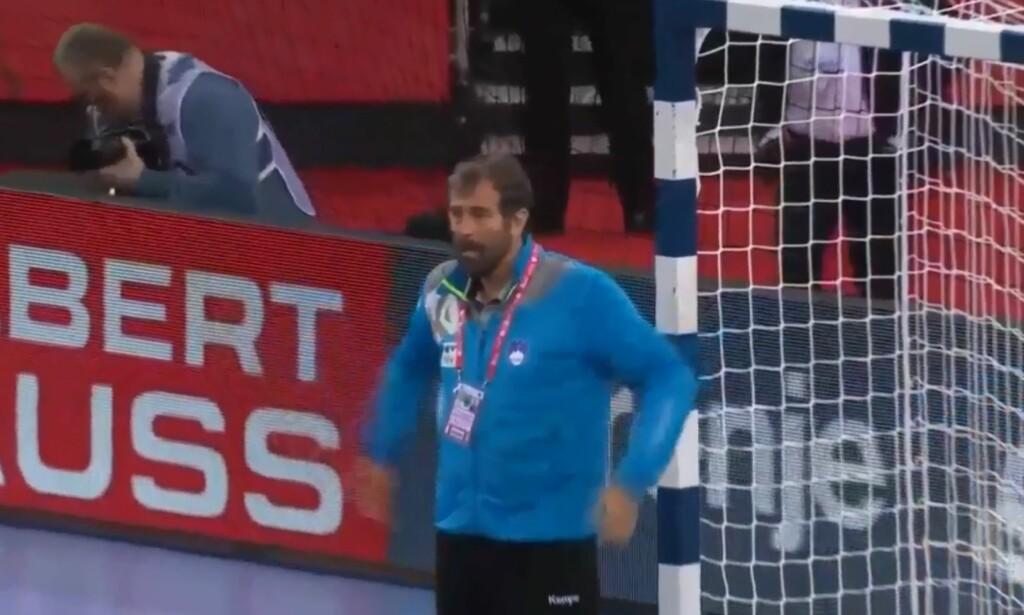 ILLSINT: Slovenias trener, Veselin Vujovic, ble så rasende at han demonstartivt stilte seg i mål da Tyskland skulle ta straffekast. Foto: Viasat