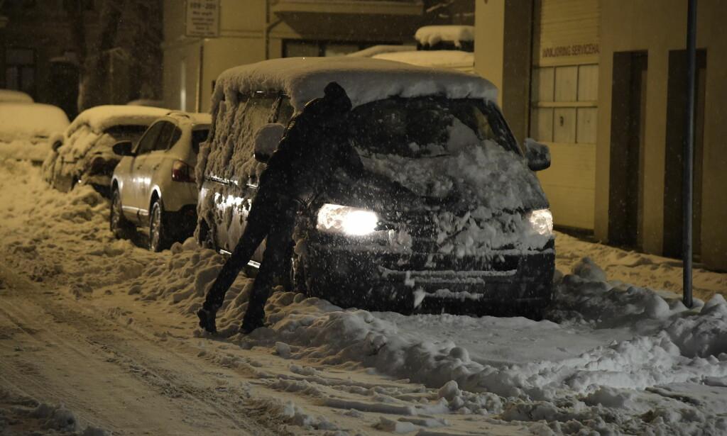 Politiet oppfordrer folk til å vurdere om bilen kan bli stående. Foto: Hans Arne Vedlog