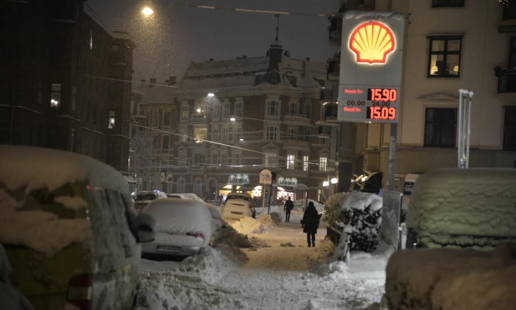 Store snømengder preger Oslo sentrum tirsdag morgen. Foto: Hans Arne Vedlog