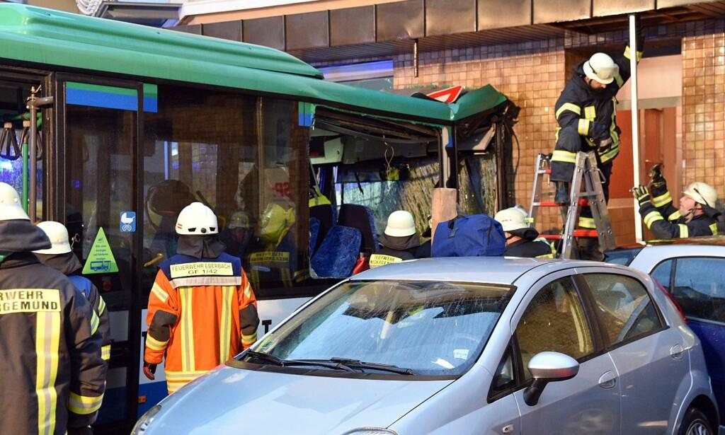 KJØRTE INN I BUTIKK: Skolebussen kjørte inn i en elektronikkbutikk. Foto: Rene Priebe / DPA / AFP / NTB Scanpix